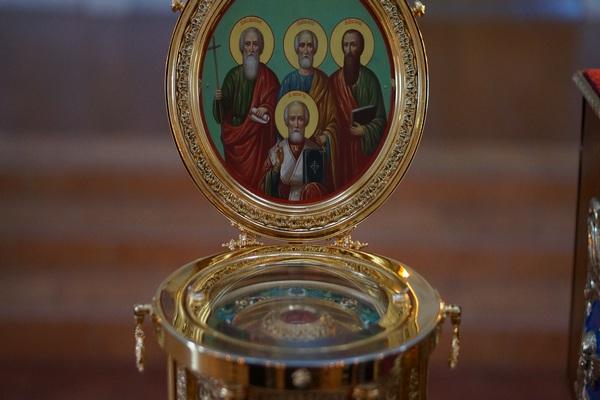 В Свято-Троицкий кафедральный собор прибывает ковчег с частицами мощей святых апостолов и святителя Николая Чудотворца