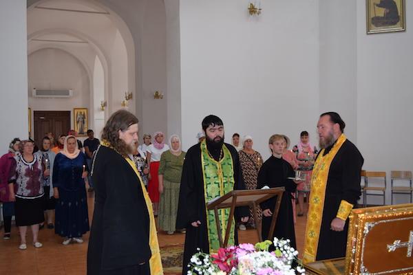 Духовенство кафедрального собора проводило мощи святых князей Петра и Февронии