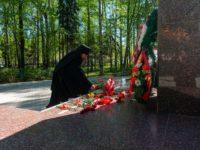 Епископ Спиридон возложил цветы к мемориалу в парке Победы города Бирскf