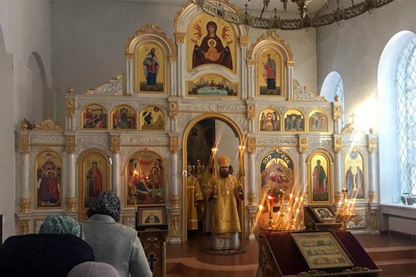 Епископ Спиридон совершил Литургию в Свято-Троицком соборе