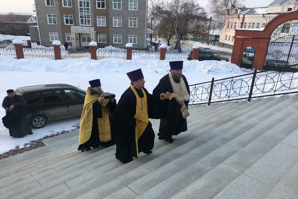 В Свято-Троицкий кафедральный собор прибыли мощи святителя Луки Крымского и святых бессребренников Космы и Дамиана