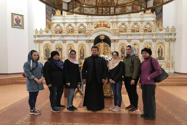 Настоятель кафедрального собора провел экскурсию по храму для студентов
