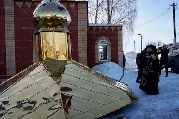 Епископ Спиридон освятил главный купол и крест Покровского храма села Мишкино
