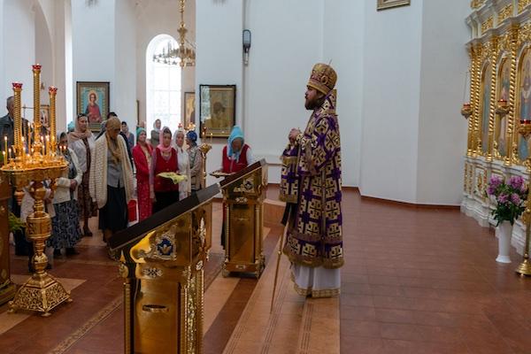В день празднования Происхождения Честных Древ Креста Господня епископ Спиридон совершил Литургию в кафедральном соборе Бирска