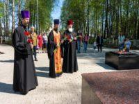 Духовенство кафедрального собора Бирска возложило цветы в мемориальном комплексе в Парке Победы